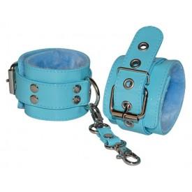 Голубые лаковые наручники с меховой отделкой